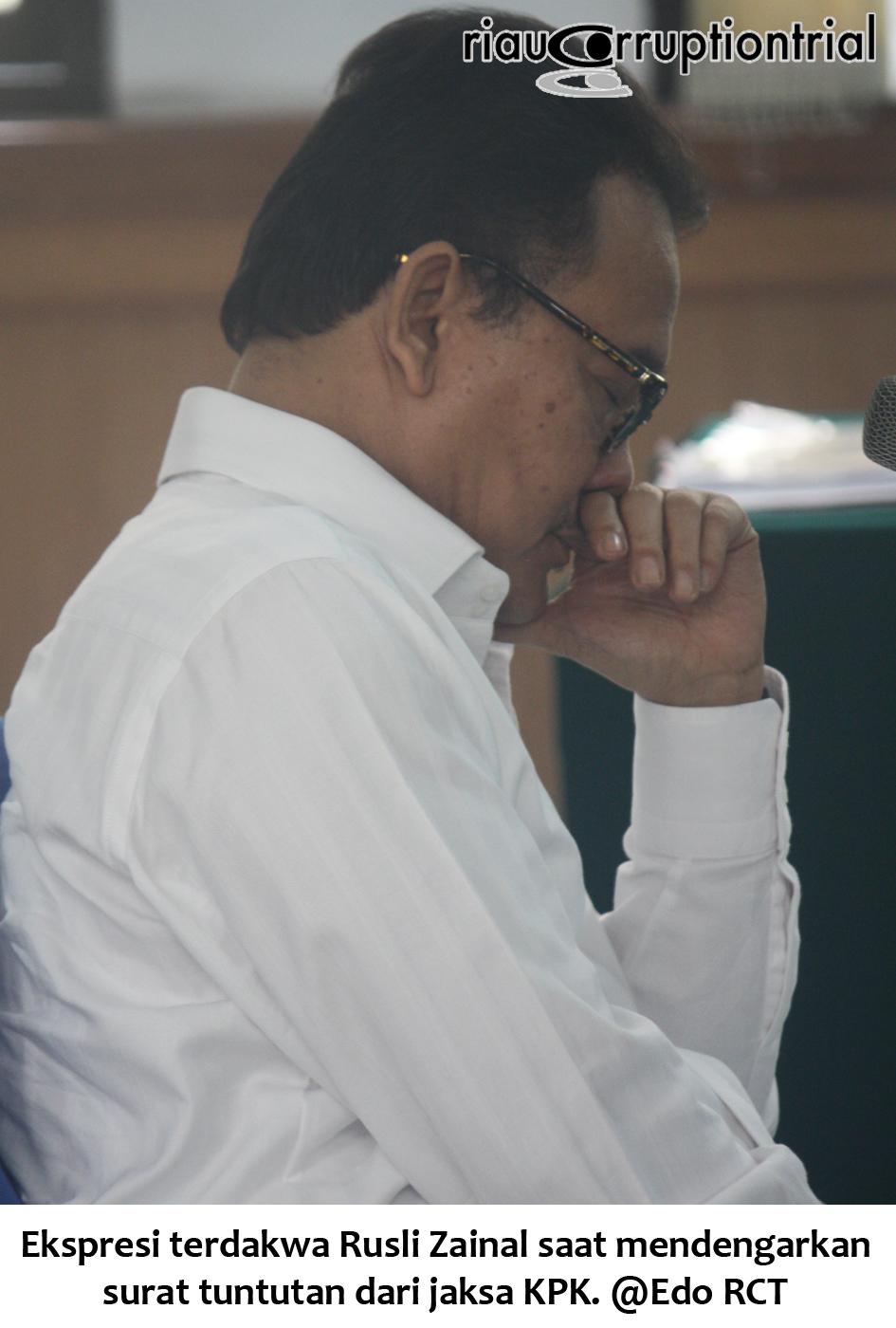 Ekspresi RZ saat mendengarkan surat tuntutan dari jaksa KPK