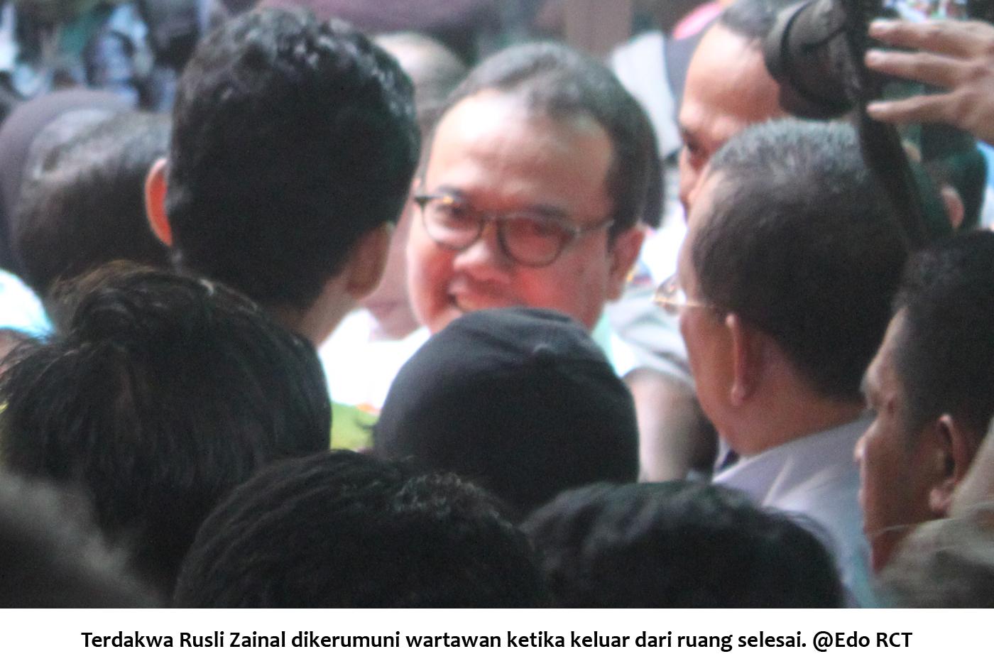 Terdakwa RZ dikerumuni wartawan ketika keluar dari ruang sidangg