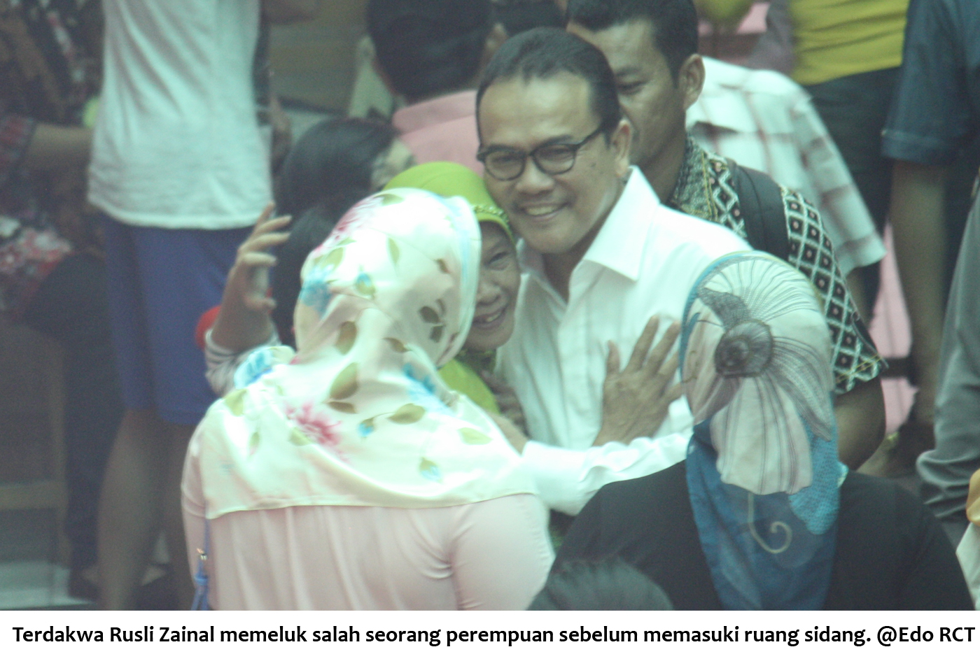 Terdakwa RZ memeluk salah seorang perempuan sebelum memasuki ruang sidang