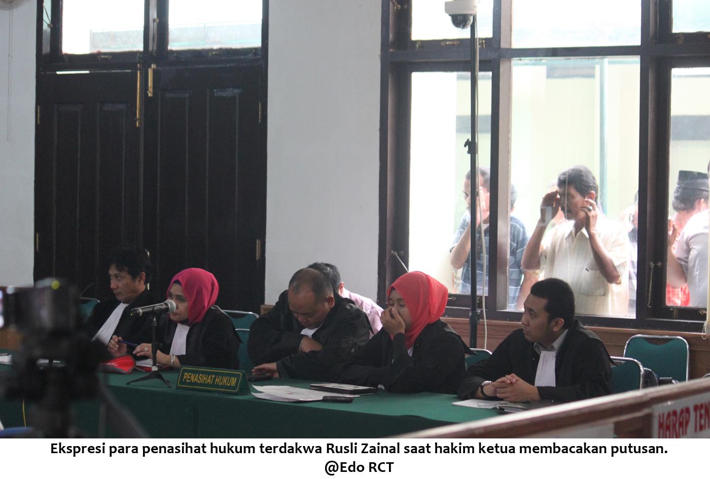 Ekspresi PH RZ saat hakim ketua membacakan putusan