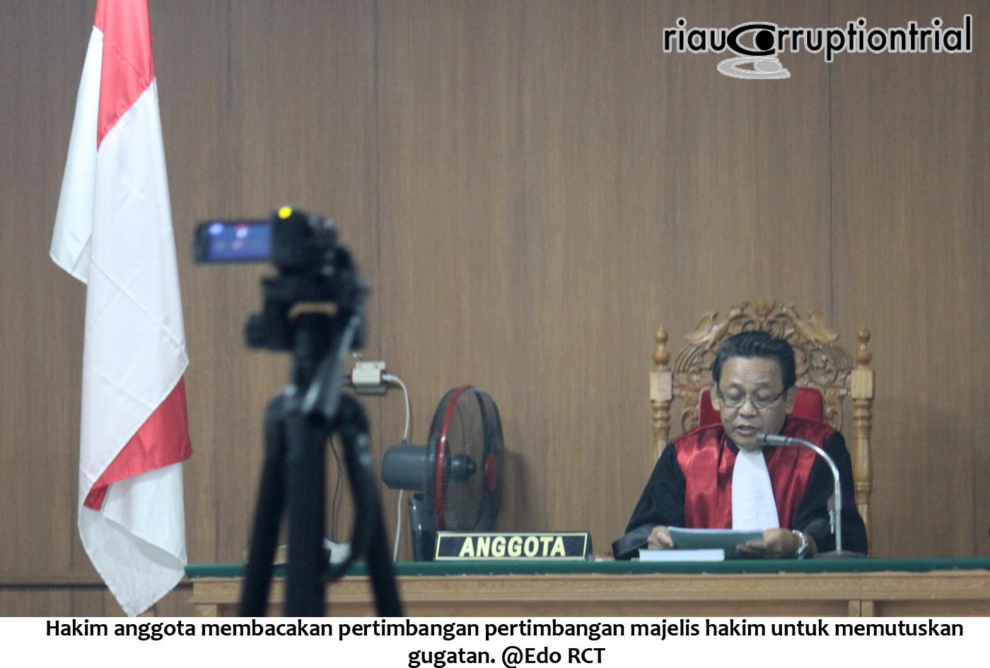 Hakim anggota membacakan pertimbangan ukt keputusan gugatan