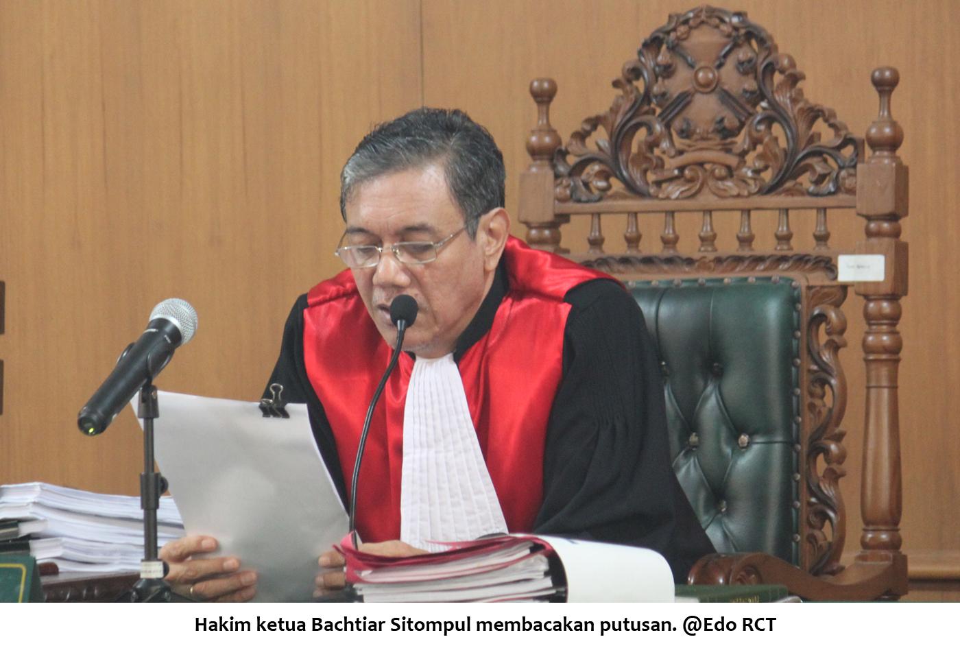 Hakim ketua Bachtiar Sitompul membacakan putusan