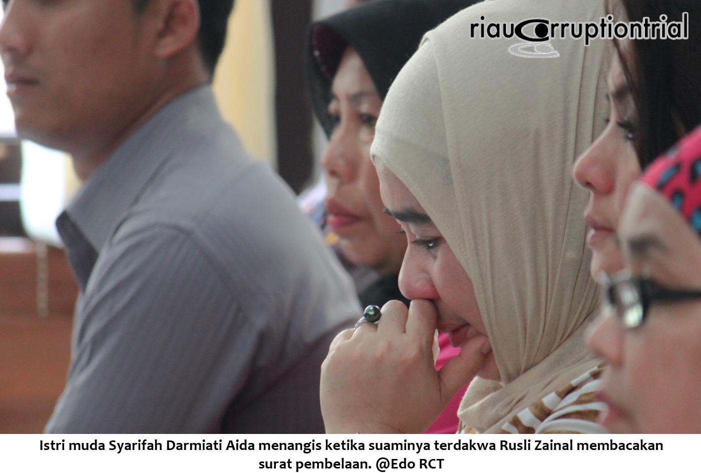 Istri muda RZ menangis ketika mendengarkan RZ membacakan surat pembelaan