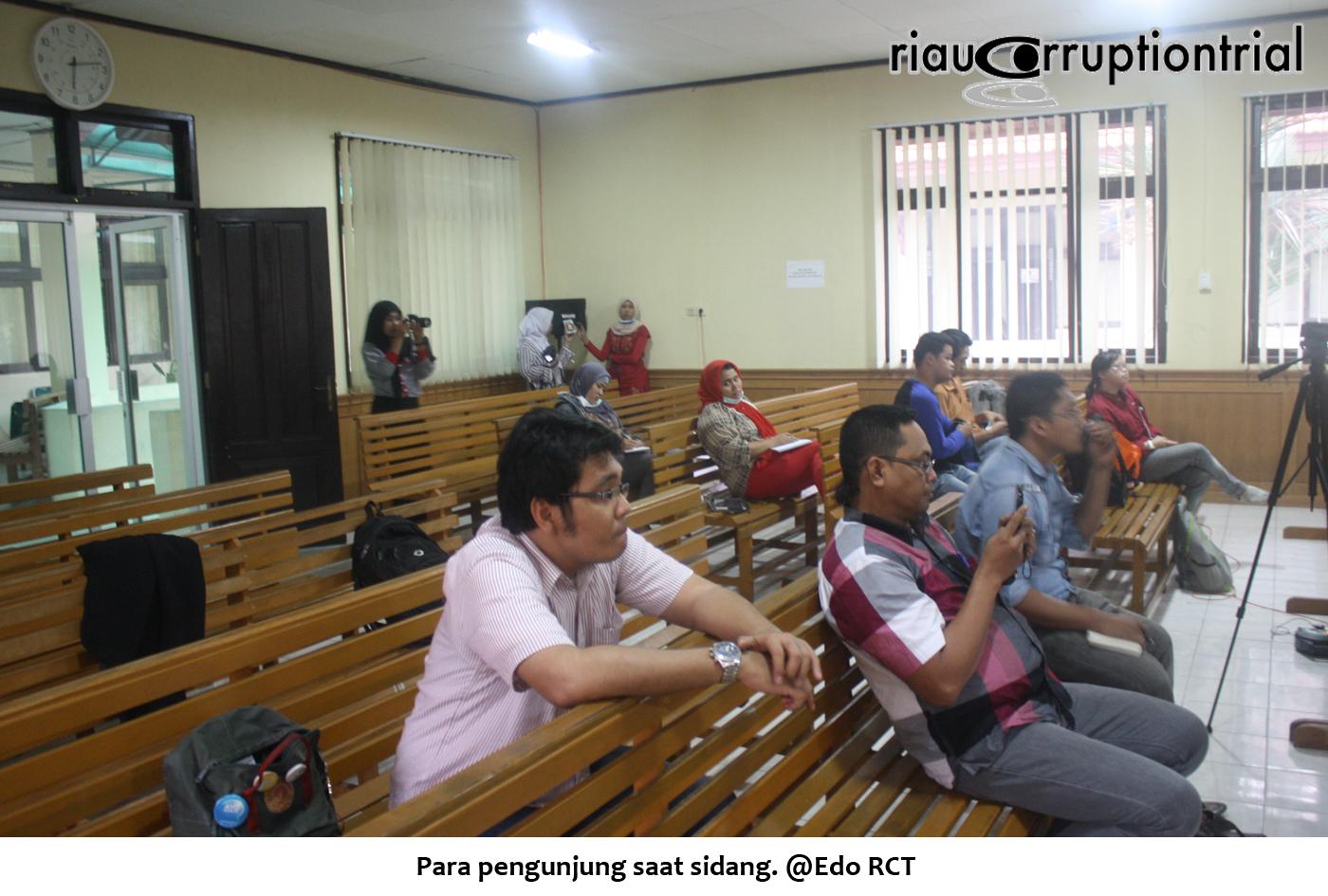 Para pengunjung saat sidang