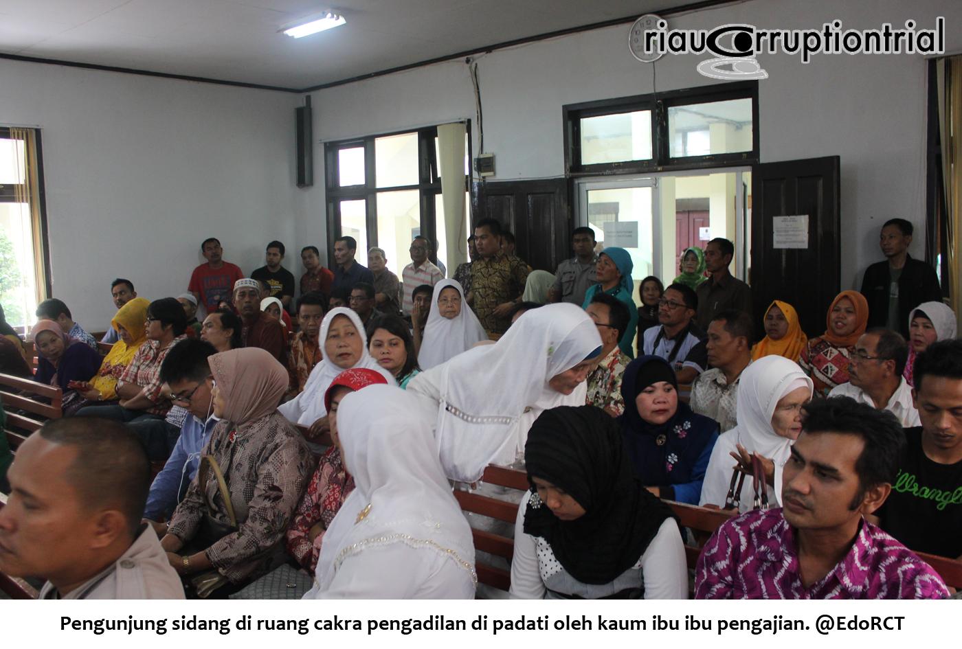 Pengunjung sidang dipadati ibu ibu pengajian