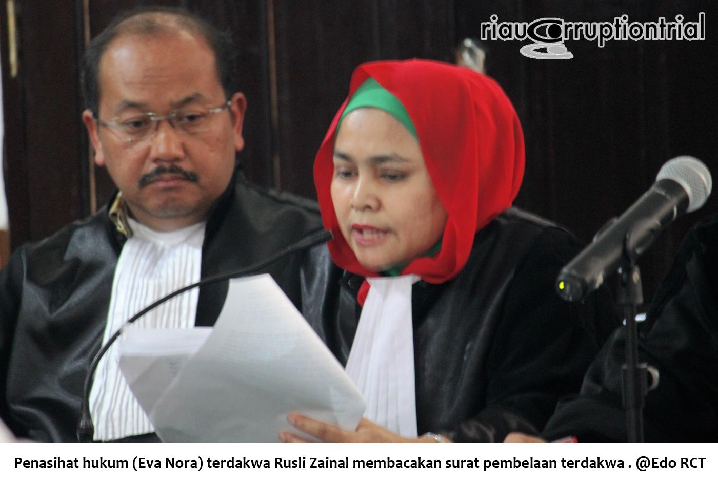 penasihat terdakwa RZ membacakan surat pembelaan RZ