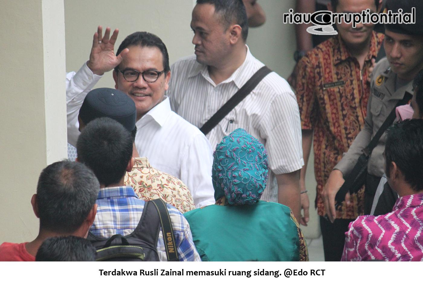 Terdakwa RZ memasuki ruang sidang