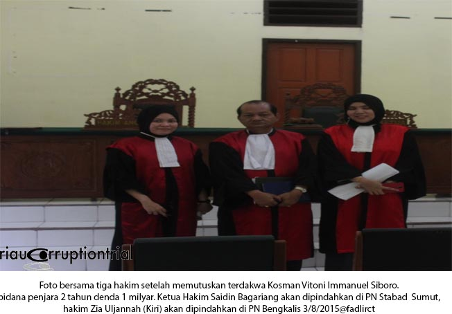 Foto bersama tiga hakim
