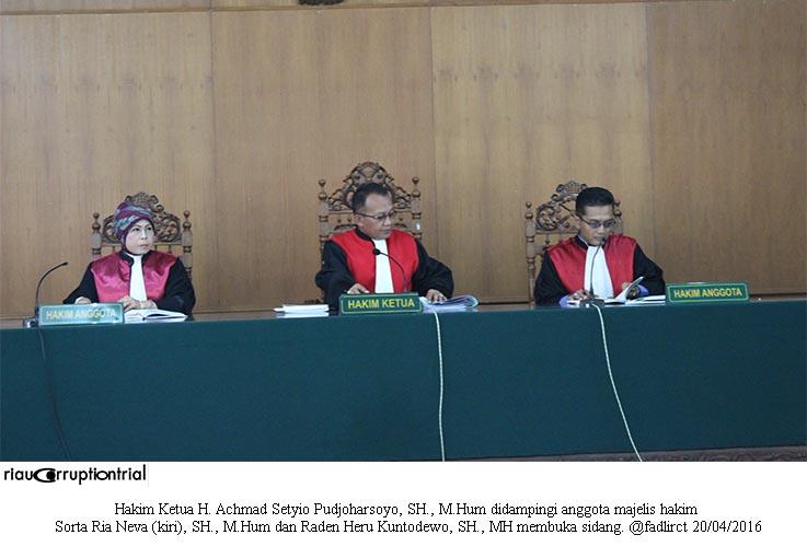 majelis hakim buka sidang cls 20 april 2016